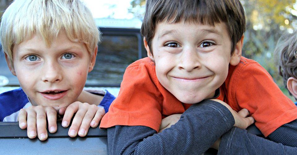 Zwei Jungs grinsen in die Kamera