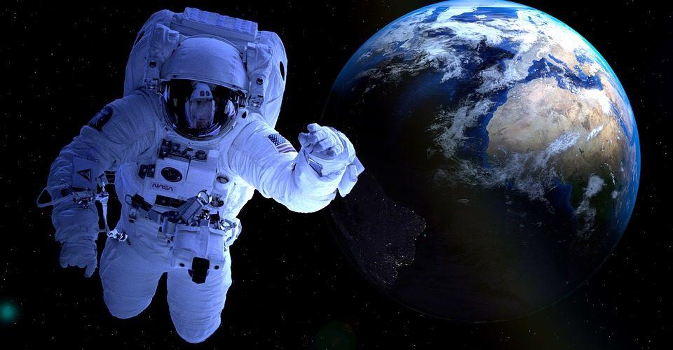 Astronaut im Weltall mit der Erde im Hintergrund