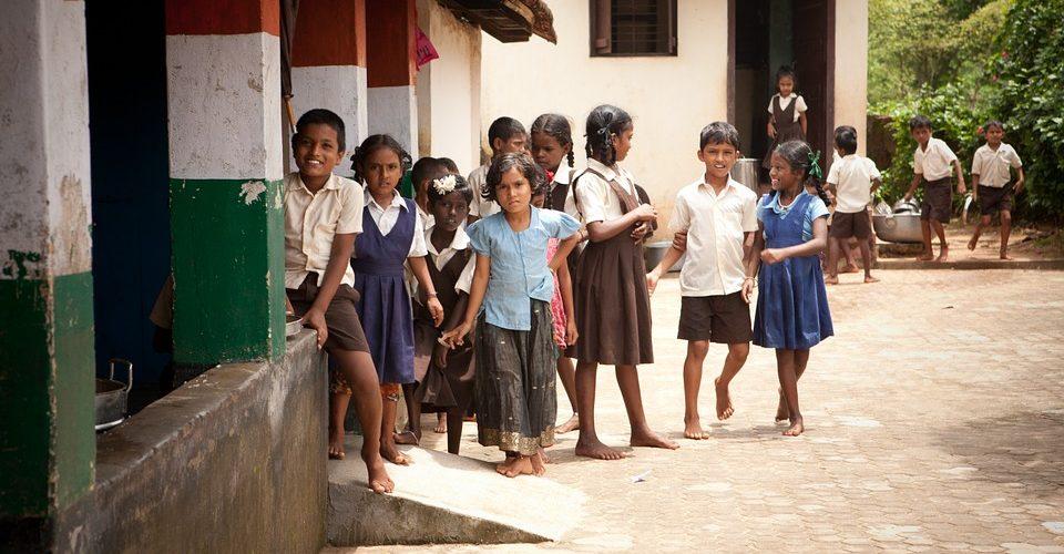 Die Schule unter der Brücke – Wie Kinder in Indien lernen