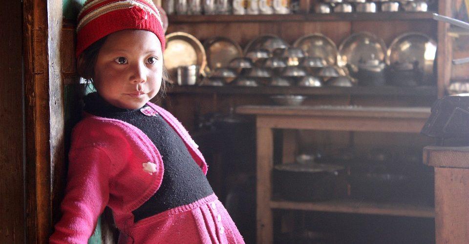 Nepalesisches Mädchen steht in der Küche.