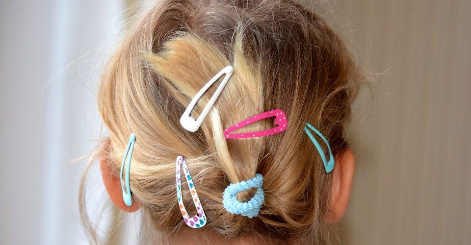 Frisur mit Klammern eines jungen Mädchens
