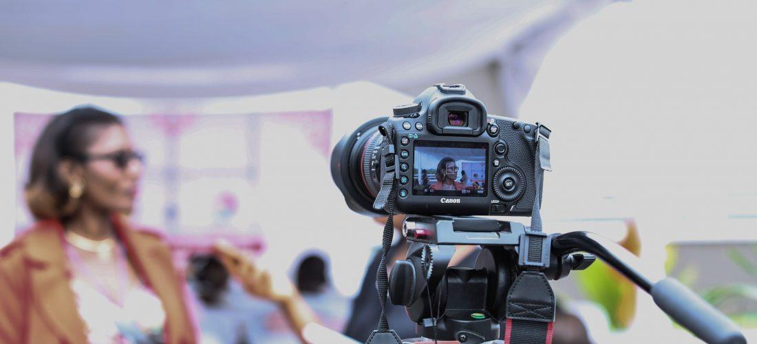 Eine Spiegelreflexkamera filmt ein Interview
