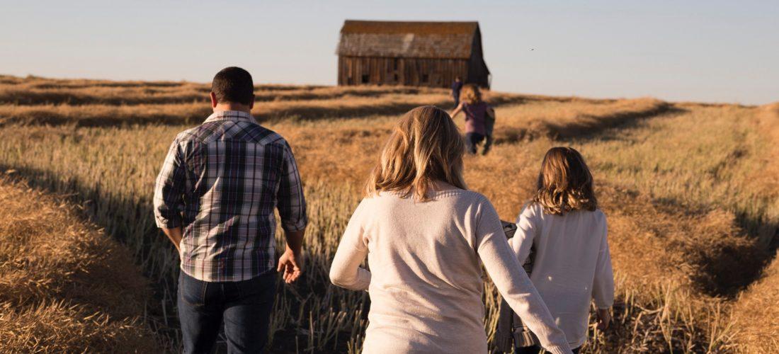 Eine Familie auf einem Feld