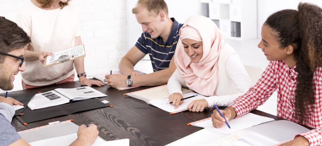 Schüler verschiedener Herkunft im Klassenzimmer