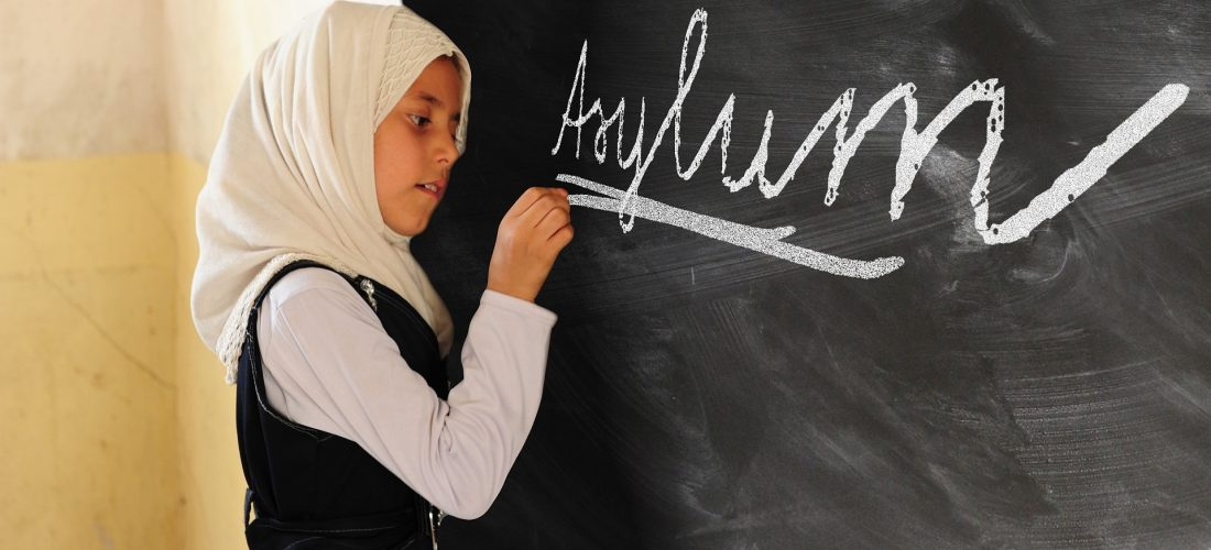 Ein Mädchen schreibt Asylum an eine Tafel