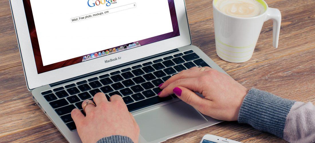 Eine Frau sucht etwas auf Google