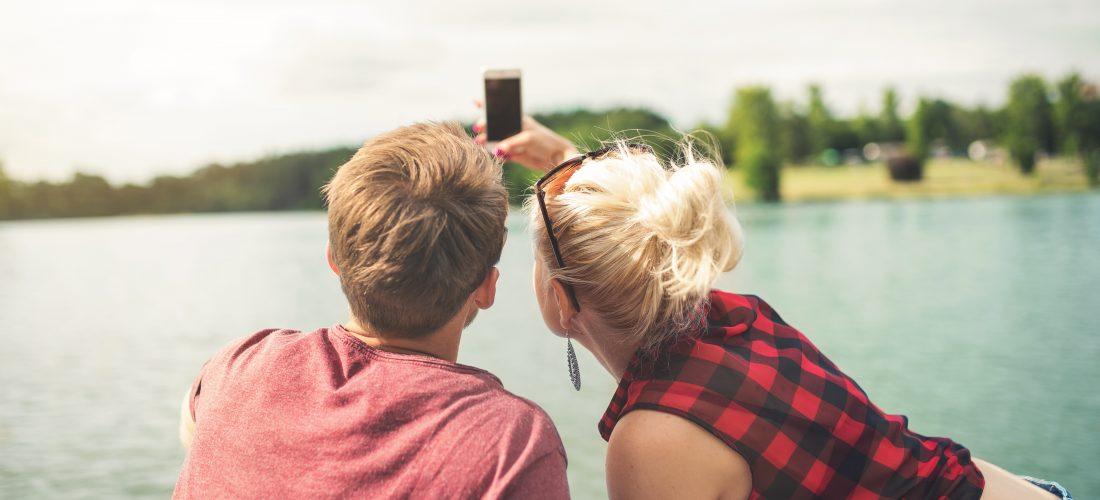Ein Paar macht ein Selfie am See