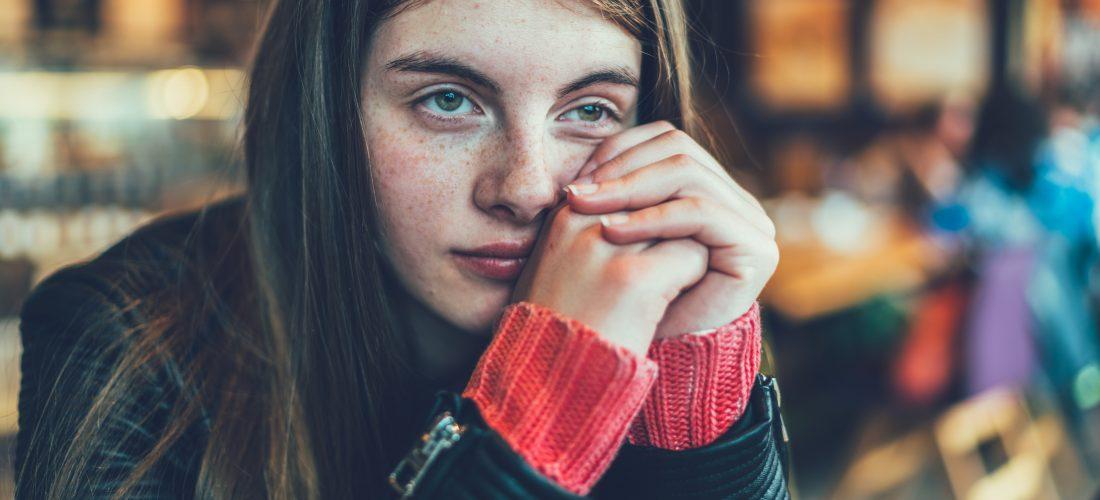 ein trauriges junges Mädchen