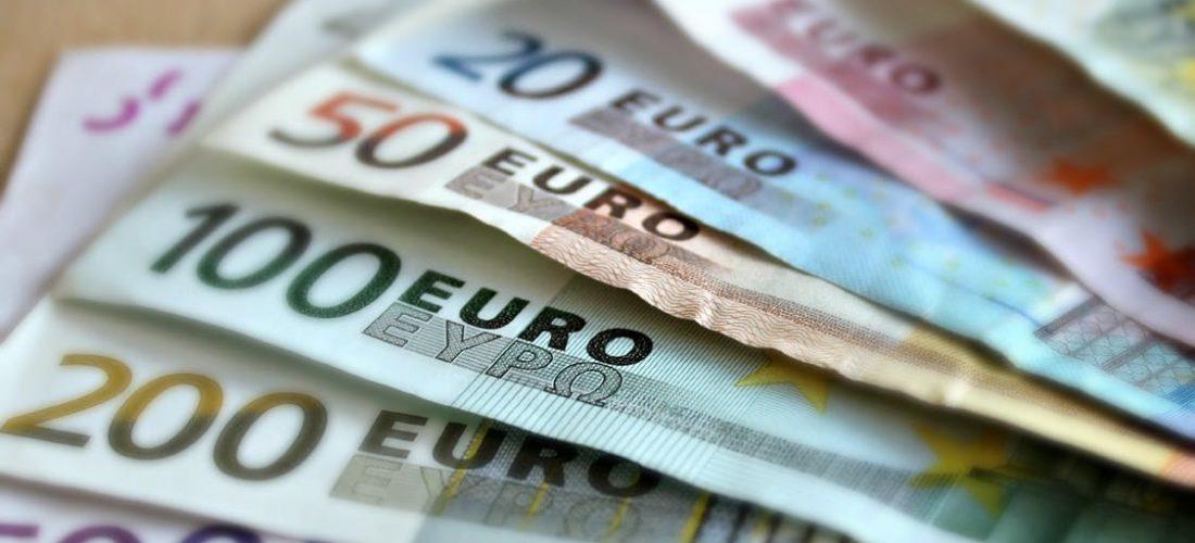 Euroscheine liegen auf dem Tisch
