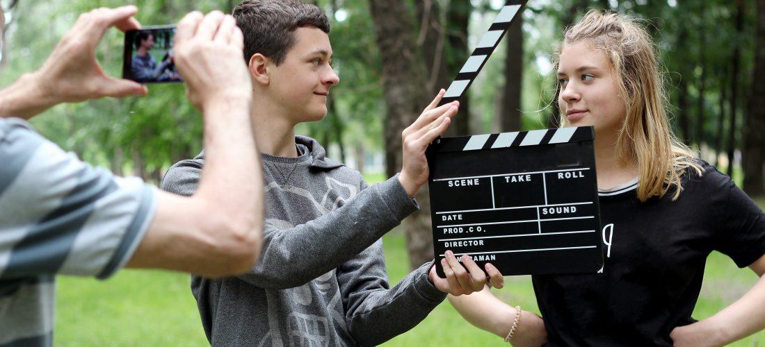 Jugendliche drehen mit einem Smartphone ein Video