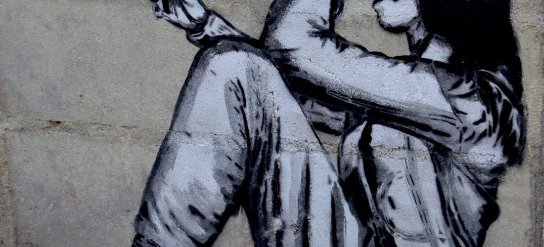 schwarz-weißes Graffiti eines Mädchens mit Smartphone