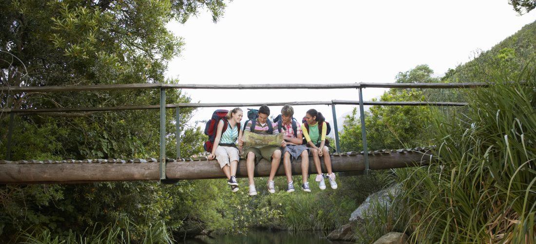 Schüler auf Brücke
