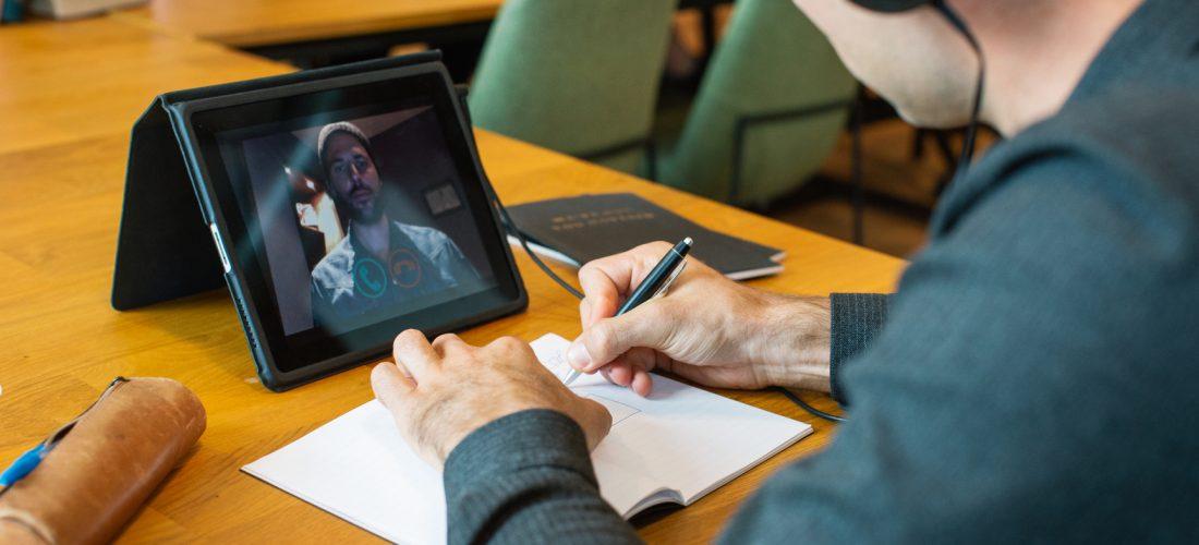 Ein Student führt ein Interview über ein Tablet-Computer