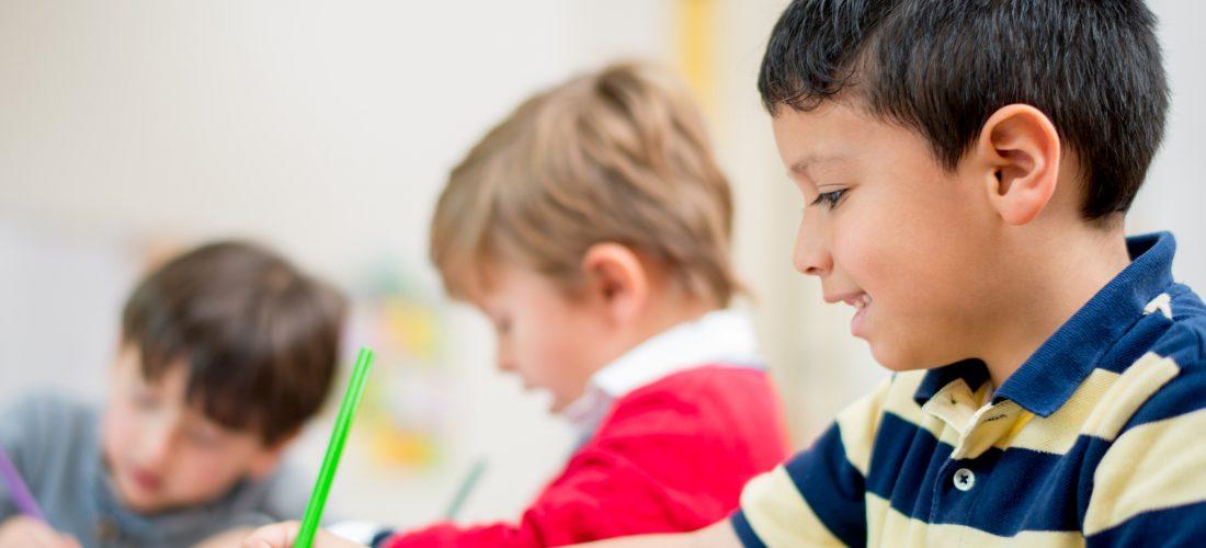 Grundschulkinder im Unterricht