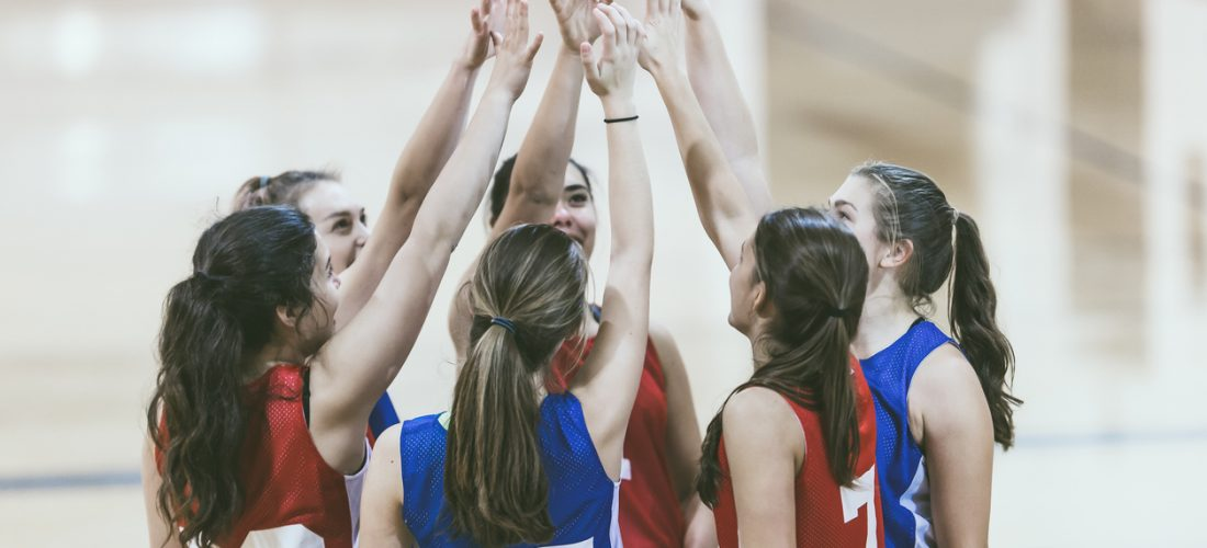 Ein Team Volleyballerinnen klatschen ab
