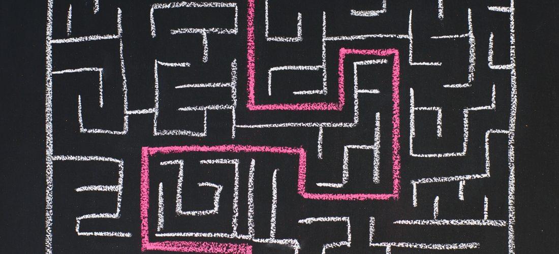 Ein mit Kreide gemaltes Labyrinth
