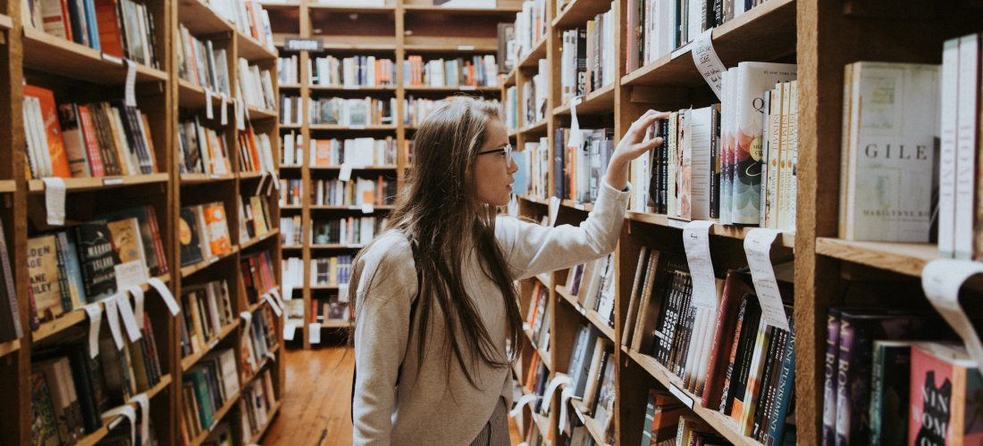 Eine junge Studentin in der Bibliothek
