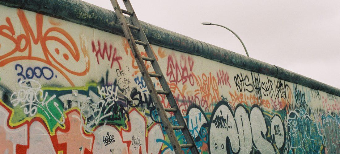 Eine Holzleiter steht an der Berliner Mauer