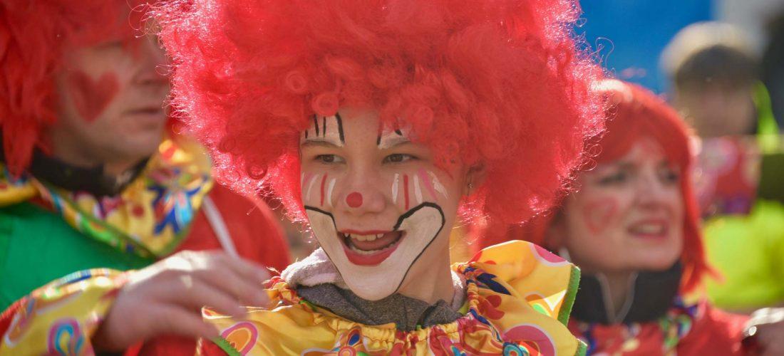 Ein als Clown verkleidetes Kind