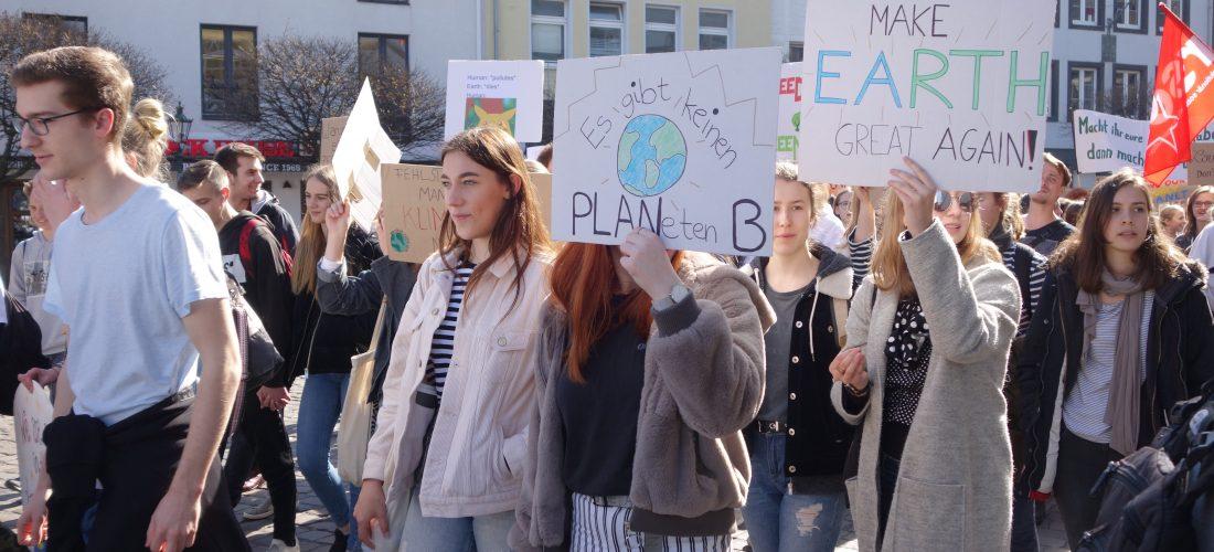 Schülerinnen und Schüler auf einer Fridays for Future-Demo