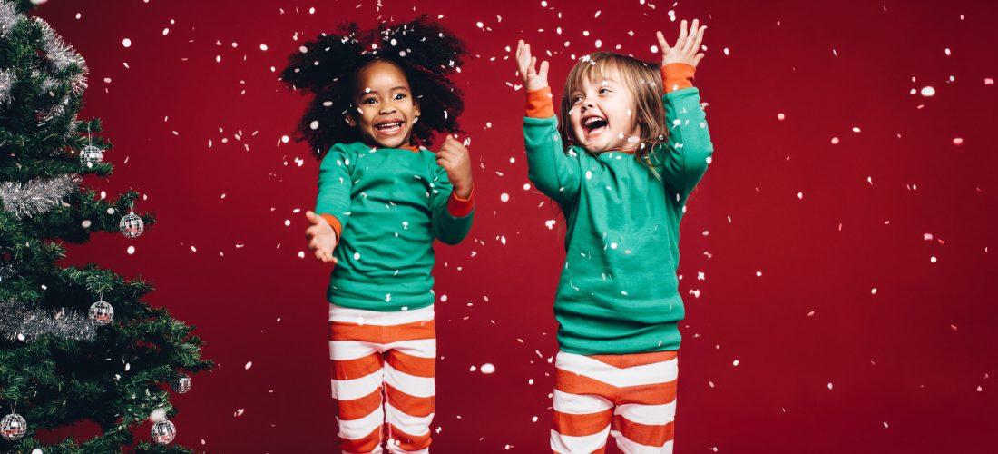 Mädchen im Weihnachtsoutfit