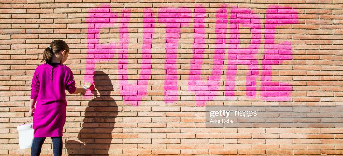 """Mädchen schreibt """"FUTURE"""" an eine Wand"""