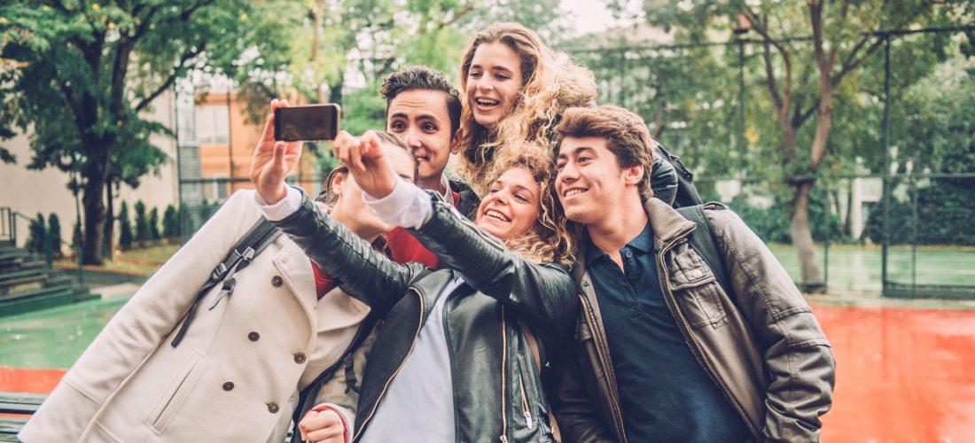 Schülergruppe macht ein Selfie