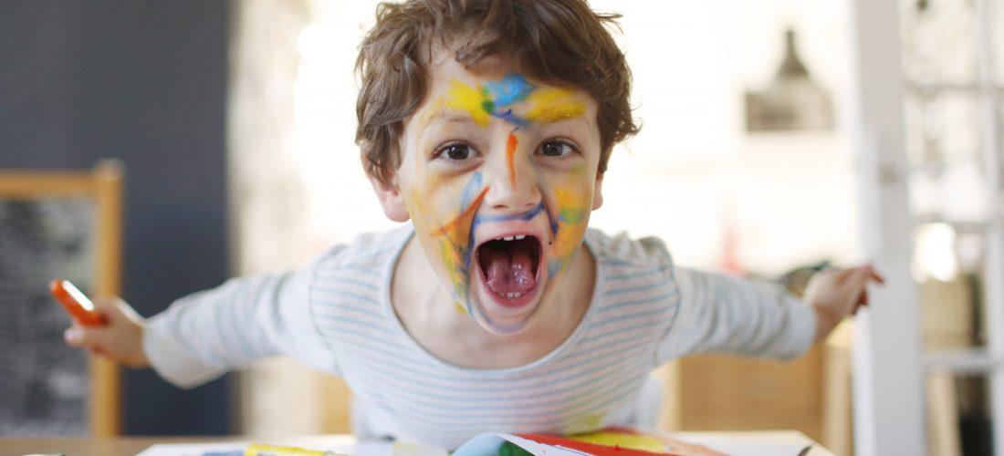 Junge mit Farbe im Gesicht