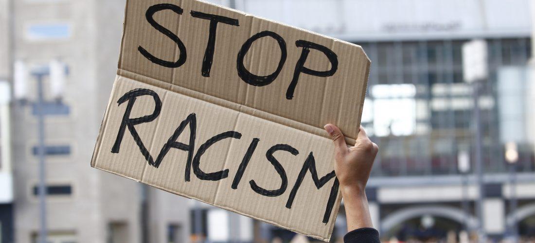 """Pappschild """"Stop Racism"""""""