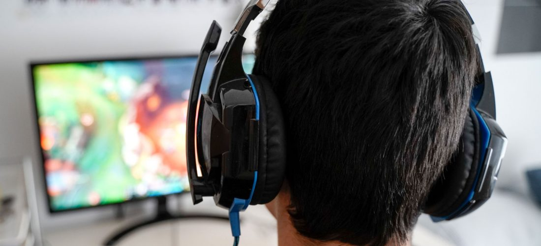 Jugendlicher spielt Videogame