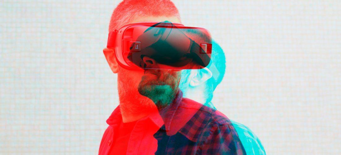 Mann mit VR-Brille
