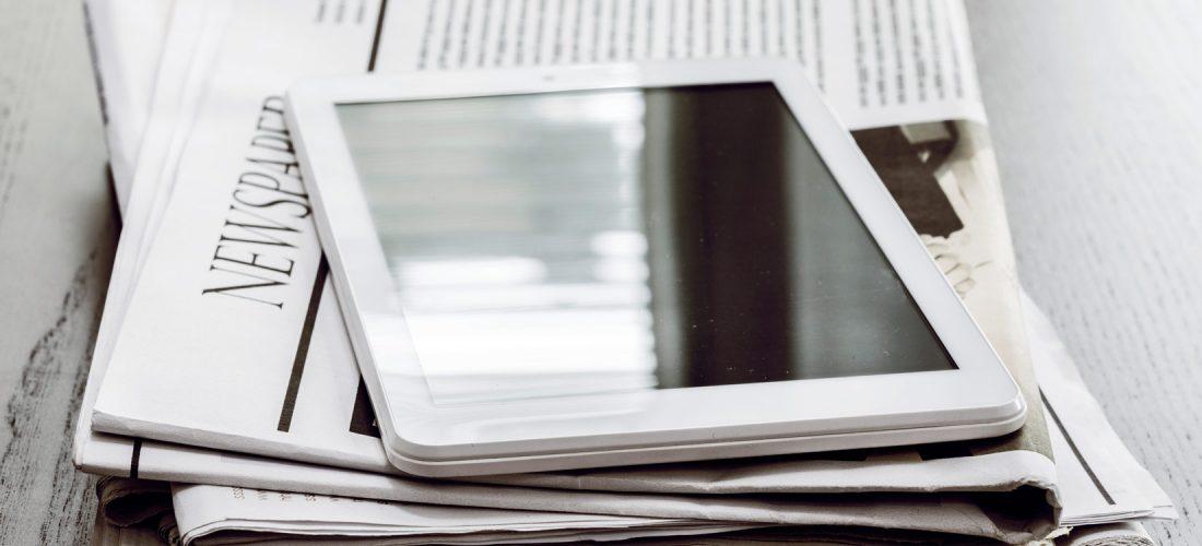 Tablet und Zeitung