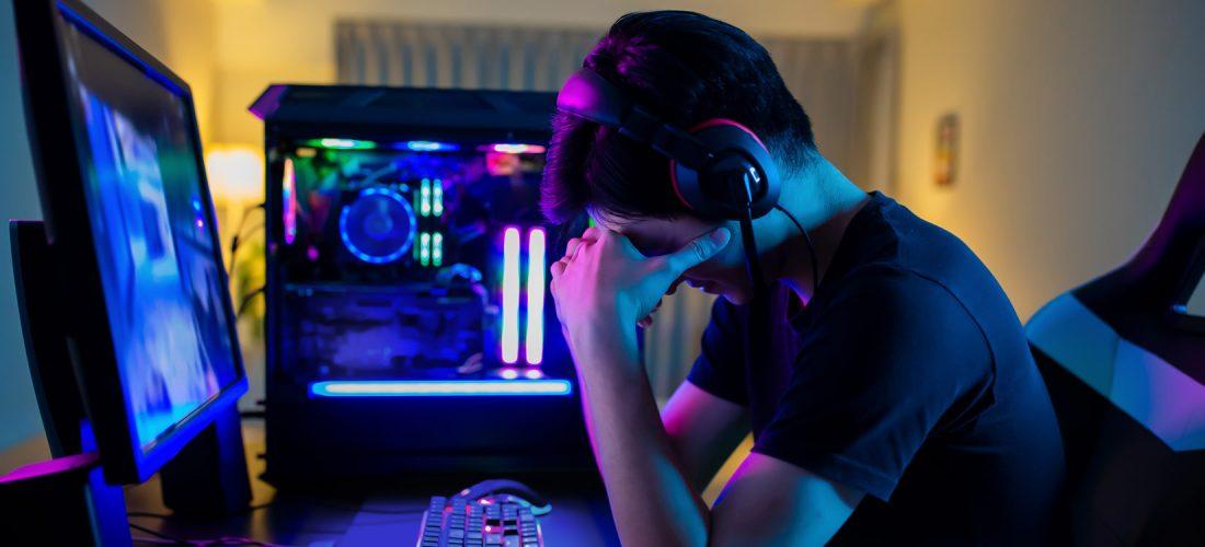 Junge deprimiert am Rechner