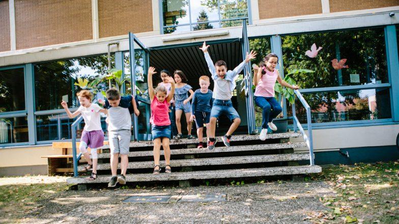 Schüler:innen nach Schulschluss verlassen das Schulgebäude